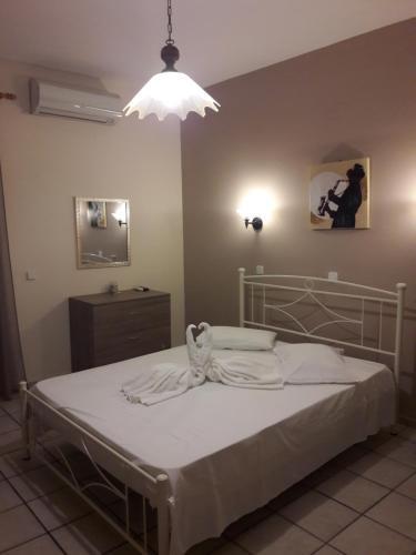 Un pat sau paturi într-o cameră la Erminia Studios