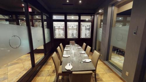 A restaurant or other place to eat at Hotel & Suites Le Dauphin Drummondville