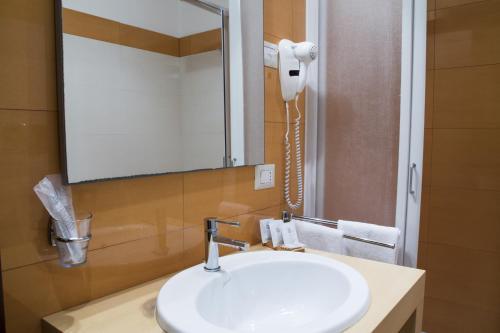 A bathroom at Hotel Catania Town