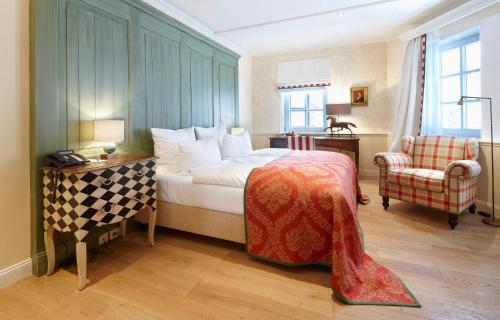 A bed or beds in a room at Hardenberg BurgHotel
