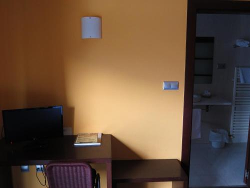 A television and/or entertainment center at Euba Hotel