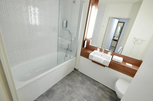 A bathroom at Campanile Montpellier Sud - A709