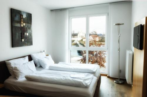 Ein Bett oder Betten in einem Zimmer der Unterkunft Seenario - Art & Health Hotel am See