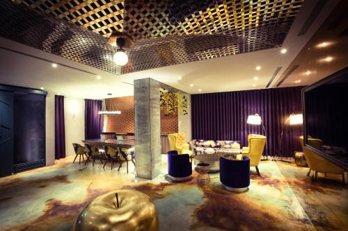 A restaurant or other place to eat at Hive Hotel