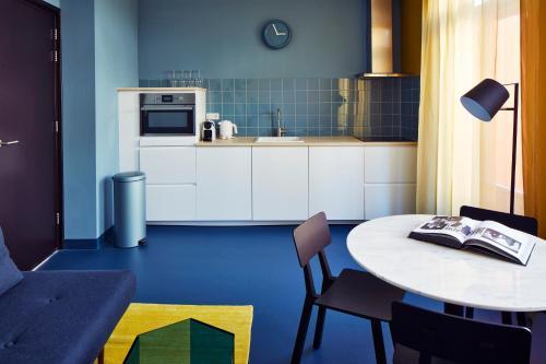 A kitchen or kitchenette at Design Hotel Modez