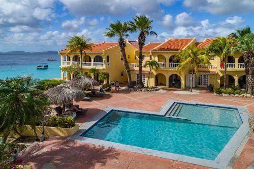 A piscina localizada em Buddy Dive Resort ou nos arredores