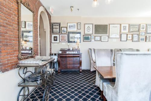 A restaurant or other place to eat at Garrison Inn