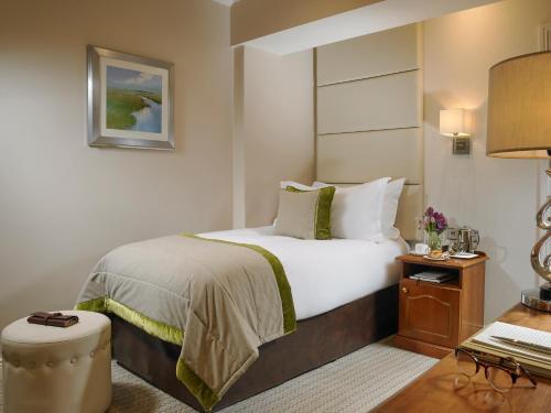 Säng eller sängar i ett rum på Buswells Hotel