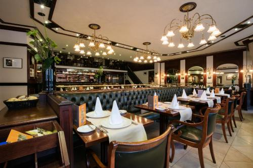 A restaurant or other place to eat at Hotel l'Auberge