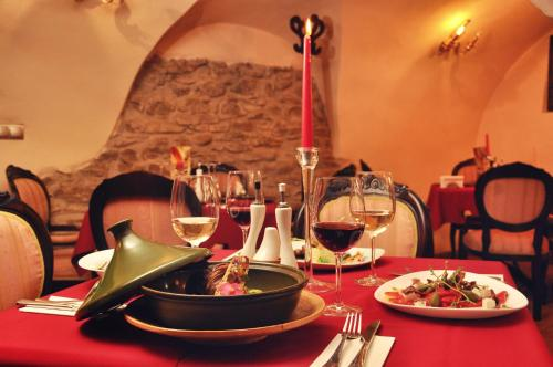 A restaurant or other place to eat at Casa Georgius Krauss Sighisoara