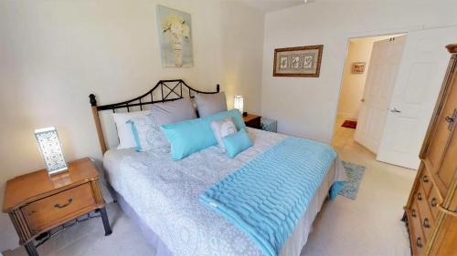 A bed or beds in a room at Lucaya Village 3 Bedroom Vacation Townhome 1809