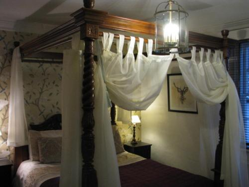 A bed or beds in a room at Ye Olde Smugglers Inne