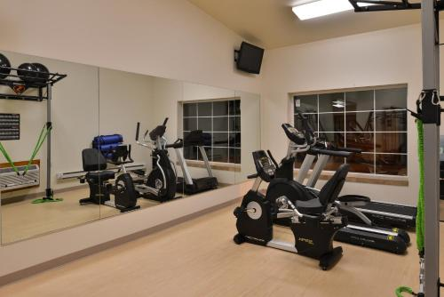 The fitness center and/or fitness facilities at Stage Coach Inn