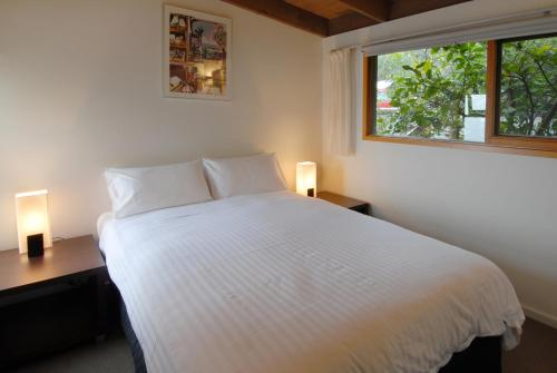 A bed or beds in a room at Chris's Beacon Point Restaurant & Villas