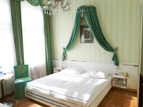 A bed or beds in a room at Hotel zur Wiener Staatsoper