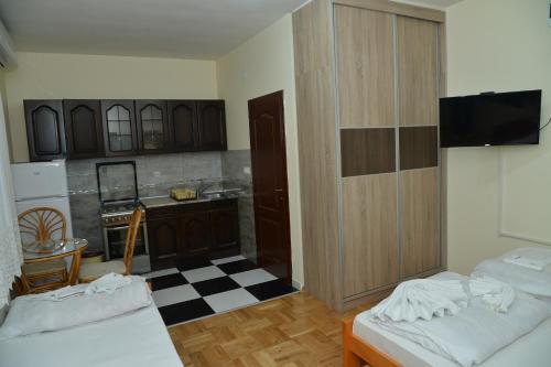 A kitchen or kitchenette at Hotel Bella Donna