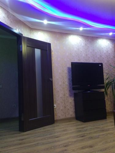 Телевизор и/или развлекательный центр в Apartment on Chkalova