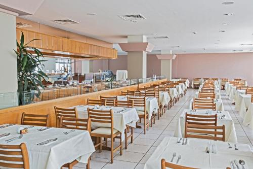 A restaurant or other place to eat at Antigoni Hotel