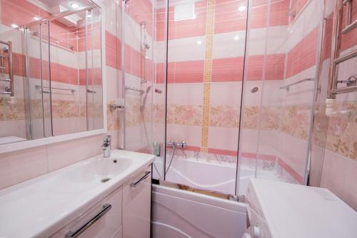 Ванная комната в Apartments at bulvar Novatorov 110