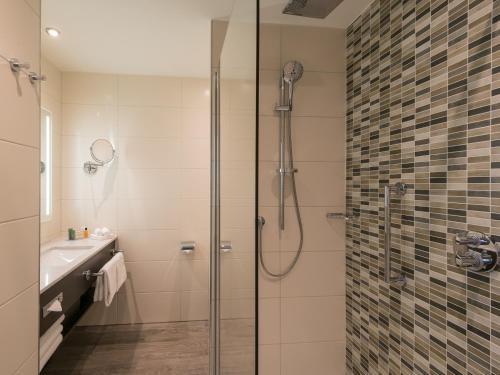 A bathroom at Hilton Garden Inn Frankfurt City Centre