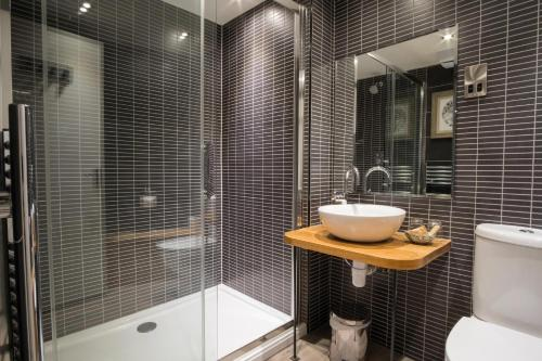 A bathroom at Royal Oak at Keswick