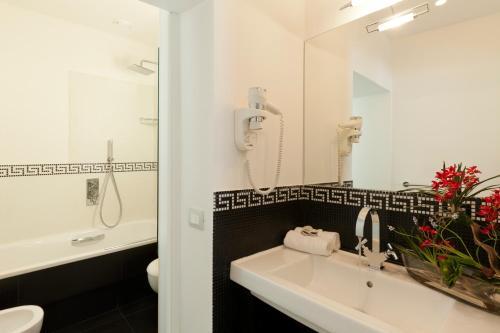 A bathroom at Smart Hotel Pincio