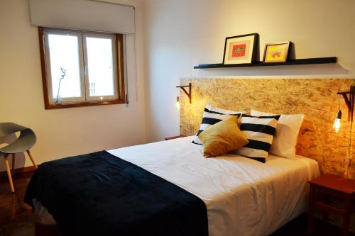 A bed or beds in a room at São Brás Apartment with Free Underground Parking