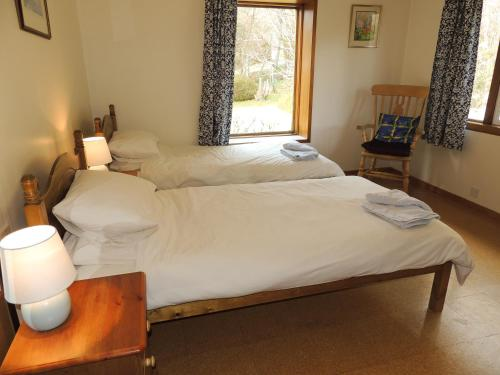 A bed or beds in a room at Atlantic Bay Cottage