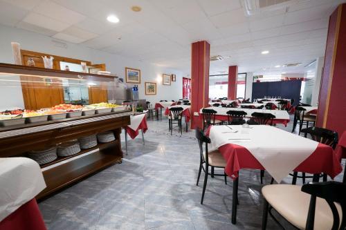 Un restaurante o sitio para comer en Hotel Carmen Almuñécar by Bossh Hotels