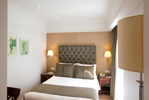 A bed or beds in a room at Hera Hotel