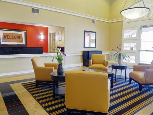 A seating area at Extended Stay America Suites - Orlando - Southpark - Commodity Circle