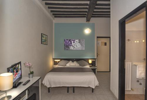 A bed or beds in a room at Hotel Amalfitana