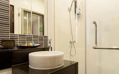 A bathroom at Taraplace Hotel Bangkok