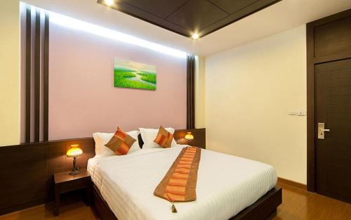 A bed or beds in a room at Taraplace Hotel Bangkok