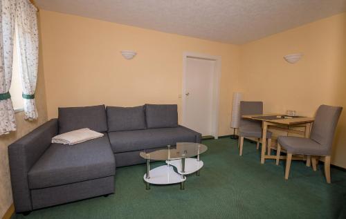 Ein Sitzbereich in der Unterkunft Pension Immergrün