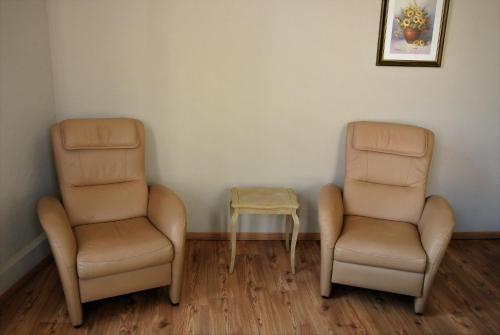 Ein Sitzbereich in der Unterkunft Hotel Tropicana
