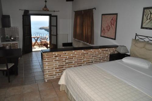 Ένα ή περισσότερα κρεβάτια σε δωμάτιο στο Yalis Hotel