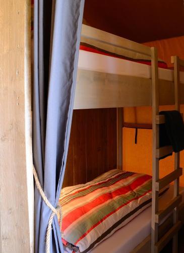 Ein Etagenbett oder Etagenbetten in einem Zimmer der Unterkunft Safaritent