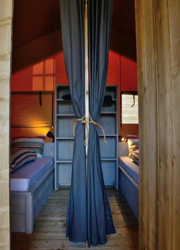 Ein Bett oder Betten in einem Zimmer der Unterkunft Safaritent