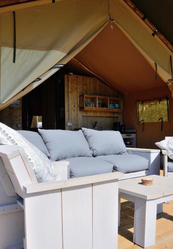 Ein Sitzbereich in der Unterkunft Safaritent