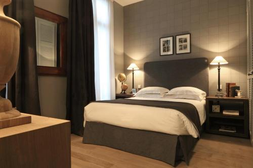 A bed or beds in a room at Newhotel Roblin