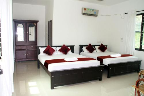 A bed or beds in a room at Munroe Island Lake Resort