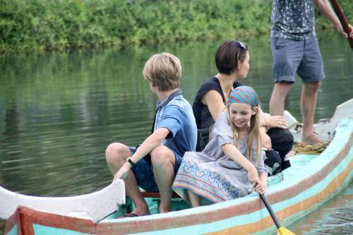 A family staying at Munroe Island Lake Resort
