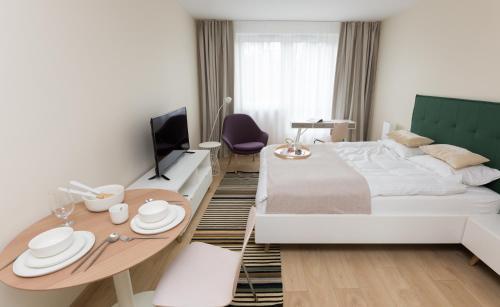 A bed or beds in a room at Apartamenty Hello Halicka 5
