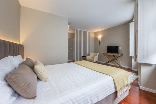 A bed or beds in a room at Vitoria Clerigos Apartments - Free Private Parking
