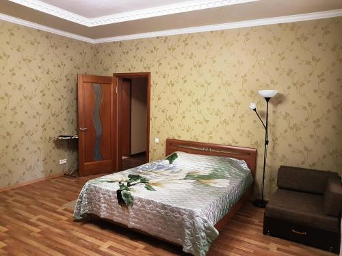 A bed or beds in a room at Kvartira na Shembelidi