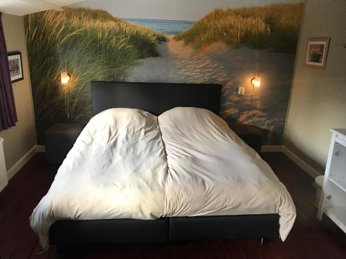 A bed or beds in a room at Beachroom