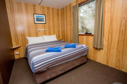 A bed or beds in a room at Discovery Parks - Cradle Mountain