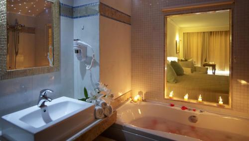 Ett badrum på Atrium Prestige Thalasso Spa Resort & Villas