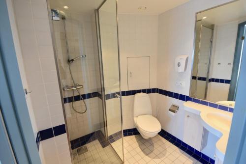 A bathroom at Hopen Brygge